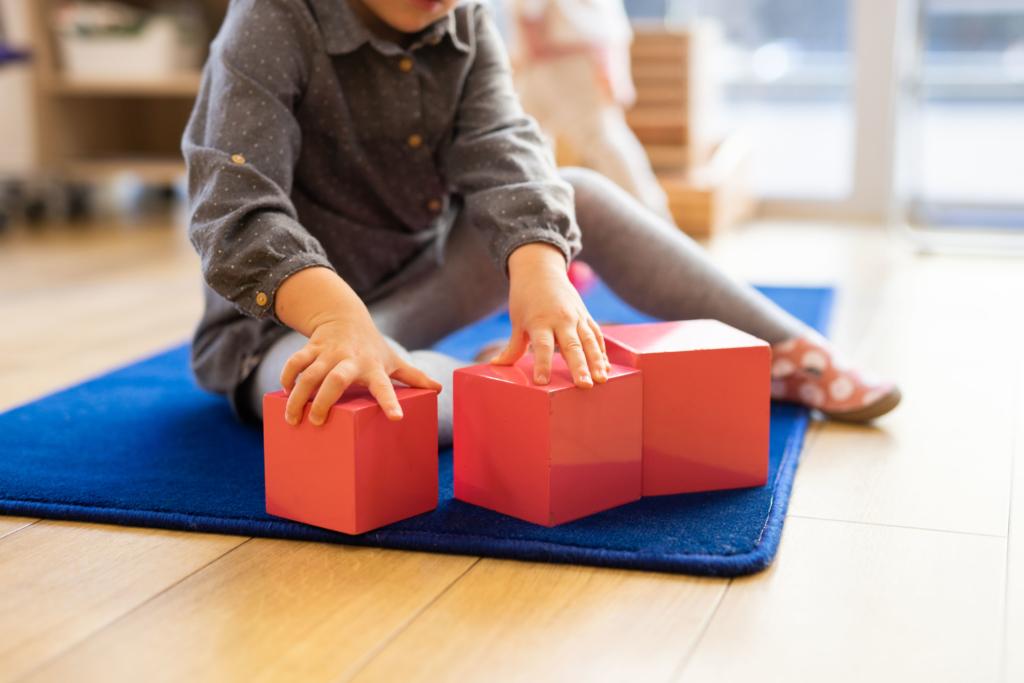 Enfant avec des cubes Montessori
