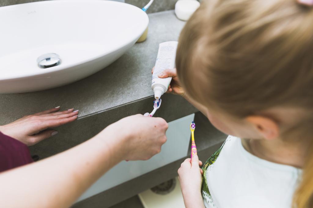 Petite fille qui applique du dentifrice