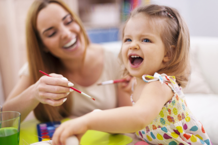 Petite fille qui montre ses dents