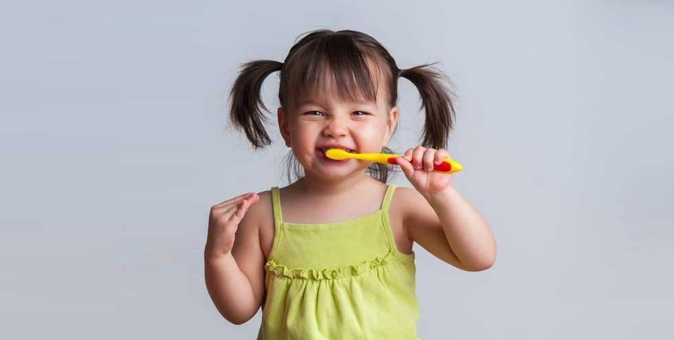 Petite fille qui se lave les dents