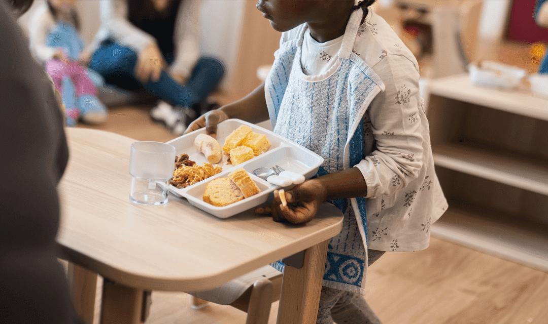 Un enfant en pause déjeuner